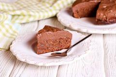 De donkere cake van de chocoladelaag op witte plaat Stock Afbeelding