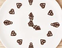 De donkere chocolade versiert in de vorm van de klok, omhoog sluit Royalty-vrije Stock Fotografie