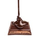 De donkere chocolade wordt gegoten Stock Foto