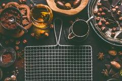 De donkere chocoladeachtergrond voor banketbakkerij of de patisserie met gebroken brokken verpletterde chocoladestukken, cacaopoe royalty-vrije stock foto