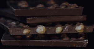 De donkere chocoladeblokken met noten detailleert langzame close-upmacro Ondiepe diepte van gebied stock afbeeldingen