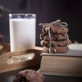 De donkere chocoladekoekjes met noten op donkere houten achtergrond Royalty-vrije Stock Afbeelding