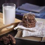 De donkere chocoladekoekjes met noten op donkere houten achtergrond Royalty-vrije Stock Foto