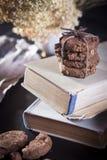 De donkere chocoladekoekjes met noten op donkere houten achtergrond Royalty-vrije Stock Foto's