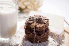 De donkere chocoladekoekjes met noten op donkere houten achtergrond Stock Afbeelding