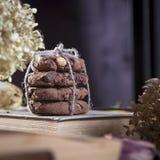 De donkere chocoladekoekjes met noten op donkere houten achtergrond Stock Afbeeldingen
