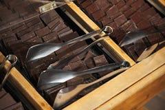 De donkere chocoladerepen zijn op houten planken Stock Fotografie
