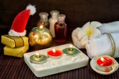 De donkere christmas spa achtergrond met kaarsen, stelt en weinig voor Stock Foto