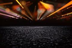 de donkere concentraat of asfaltvloer met donkere zwarte schittert achtergrond Stock Afbeeldingen