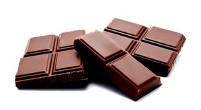 De donkere die melkchocola verspert stapel op een wit wordt geïsoleerd Stock Foto