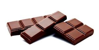 De donkere die melkchocola verspert stapel op een wit wordt geïsoleerd Royalty-vrije Stock Fotografie