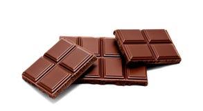 De donkere die melkchocola verspert stapel op een wit wordt geïsoleerd Stock Afbeelding