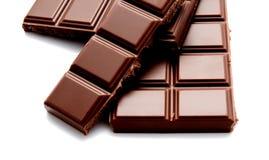 De donkere die melkchocola verspert stapel op een wit wordt geïsoleerd Stock Afbeeldingen