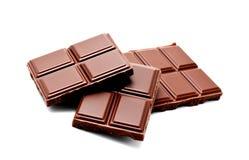 De donkere die melkchocola verspert stapel op een wit wordt geïsoleerd Royalty-vrije Stock Afbeelding