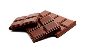 De donkere die melkchocola verspert stapel op een wit wordt geïsoleerd Stock Foto's