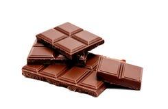 De donkere die melkchocola verspert stapel op een wit wordt geïsoleerd Royalty-vrije Stock Foto's