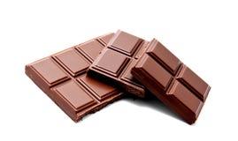 De donkere die melkchocola verspert stapel op een wit wordt geïsoleerd Stock Fotografie