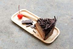 De donkere eigengemaakte plak van de chocoladecake Royalty-vrije Stock Afbeeldingen