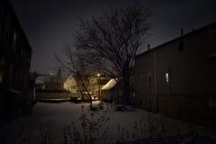 De donkere en angstaanjagende sneeuw vulde lege partij bij nacht Royalty-vrije Stock Foto