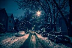 De donkere en koude straat van de stadswinter bij nacht Stock Fotografie
