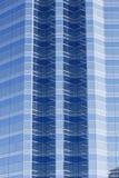 De donkere en Lichtblauwe Hoeken van het Glas op de Toren van het Bureau Stock Afbeelding