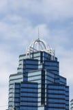 De donkere en Lichtblauwe Toren van het Bureau van het Glas met Witte Versiering Stock Foto
