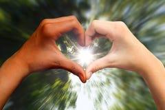 De donkere en lichte huid dient hartvorm in Stock Foto's