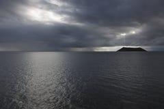 De donkere en sombere stemming toe te schrijven aan regen overgiet en threatning hemel dichtbij Daphne Island Royalty-vrije Stock Afbeelding