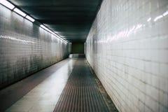 De donkere enge gang van de gangtunnel stock afbeelding