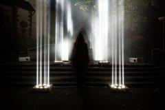 De donkere Enge Geheimzinnige Heldere Lichte Kolommen van Enigma kruipen in openlucht royalty-vrije stock foto's