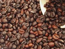 De donkere espresso geroosterde macromening van koffiebonen Stock Foto