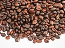De donkere espresso geroosterde macromening van koffiebonen Royalty-vrije Stock Foto's