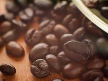 De donkere espresso geroosterde macromening van koffiebonen Stock Fotografie