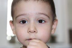 De donkere expressieve ogen van de jongen Royalty-vrije Stock Afbeelding