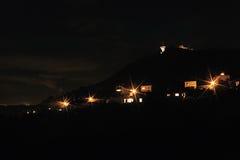 De donkere foto van de silhouettennacht van heuvel Hnevin Stock Afbeeldingen