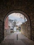 De donkere gang in stad Hildesheim, Duitsland Stock Fotografie
