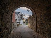 De donkere gang in stad Hildesheim, Duitsland Stock Afbeelding