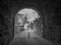 De donkere gang in stad Hildesheim, Duitsland Royalty-vrije Stock Fotografie