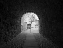 De donkere gang in stad Hildesheim, Duitsland Stock Afbeeldingen