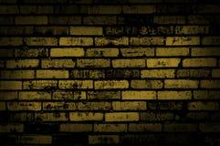 De donkere gele achtergrond van de grungemuur Stock Foto