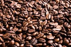 De donkere geroosterde achtergrond en de textuur van koffiebonen Royalty-vrije Stock Fotografie