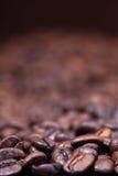 De donkere geroosterde achtergrond van koffiebonen Royalty-vrije Stock Foto