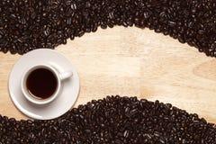De donkere Geroosterde Bonen van de Koffie & Kop op Houten Achtergrond Stock Fotografie