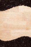 De donkere Geroosterde Bonen van de Koffie op Houten Achtergrond Stock Fotografie