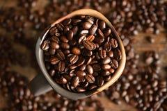 De donkere Geroosterde Bonen van de Koffie Stock Afbeeldingen