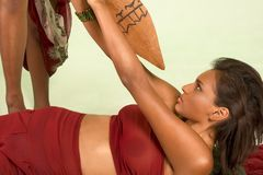 De donkere gevilde vrouw wordt aangevallen met gebruik van spear Stock Foto's