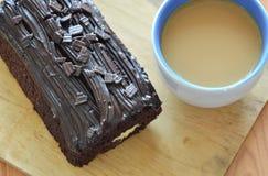 De donkere gevulde room van de chocoladecake broodje eet paar met koffie op houten karbonadeblok Stock Foto
