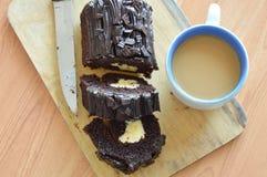 De donkere gevulde room van de chocoladecake broodje eet paar met koffie op houten karbonadeblok Stock Fotografie