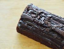 De donkere gevulde room van de chocoladecake jam op houten hakkend blok Royalty-vrije Stock Fotografie