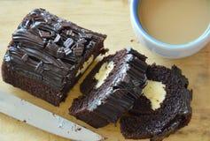 De donkere gevulde room van de chocoladejam broodje eet paar met koffie op houten karbonadeblok Royalty-vrije Stock Fotografie